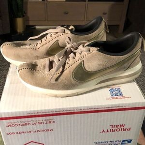 Nike beautiful suede sneakers (318)